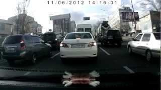Водитель белой тойоты АА 7529 МВ хамит на дороге