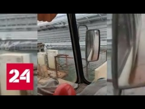 Железнодорожный пролет Крымского моста упал в пролив – Россия 24