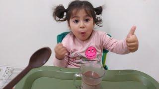 Ayşe Ebrar Kaşık Çikolata ile Sütü Karıştırdı. Kaşık Çikolata Eridi Kayboldu. Çocuk Videosu