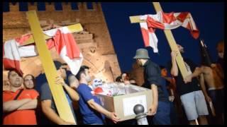 RIMINI: Calcio, in duecento ai 'funerali' della scoietà biancorossa - VIDEO(C'è la bara, ci sono i lumini, le croci e addirittura il prete. I tifosi del Rimini Calcio hanno celebrato simbolicamente ieri sera sotto l'Arco d'Augusto i funerali della ..., 2016-07-21T10:42:39.000Z)