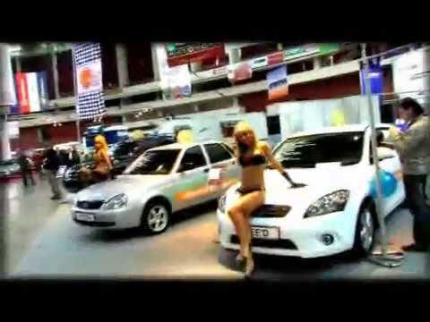 Девушки танцуют возле тачек