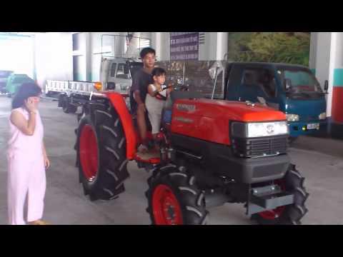 bé Vân Anh (6 tuổi), lái máy cày Kubota - Tấn Hải