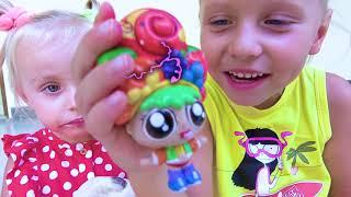 Alicia abre cajas con juguetes sorpresa