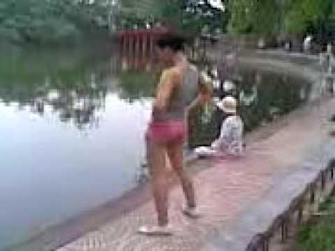 Dáng khoẻ đẹp tập thể dục bên hồ