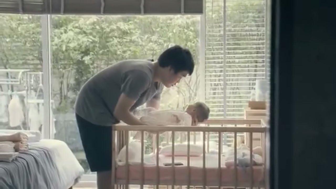 لم يكن يعلم الأب بأن الأم تراقبه في غرفة طفلها ... شاهد ماذا فعل ! شاهد المفاجئة !!