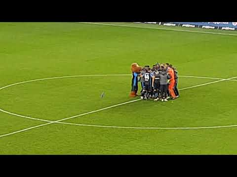 Club Brugge plant blauw-zwarte vlag in de middenstip na 4-0 in derby van 't stad!