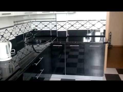 Кухня черный низ, белый верх, черная столешница