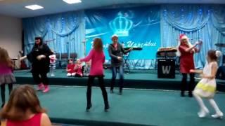 Новый год . Танец мамы и дети