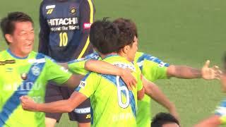 クリアボールに反応した石川 俊輝(湘南)が強烈なダイレクトシュートを...