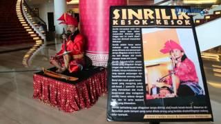 Sinrilik Hibur Tamu di Hotel Grand Clarion Makassar