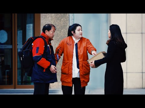 When A Deliveryman Being Abused For Delay, What Would Passers-by Do? 当年老的快递员因快件延误遭辱骂…