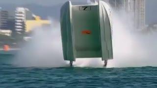 Bestuurders overleven speedboat flip tijdens XCAT Gold Coast Grand Prix