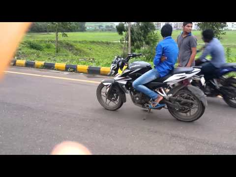 Bajaj...Pulsar...  Ns.200 vs  200ns  stunt in kharghar rod