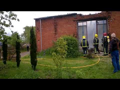 Un incendio calcina un alpendre en Monforte