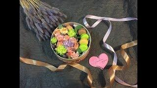 Создание коробочки с цветами и макарунами