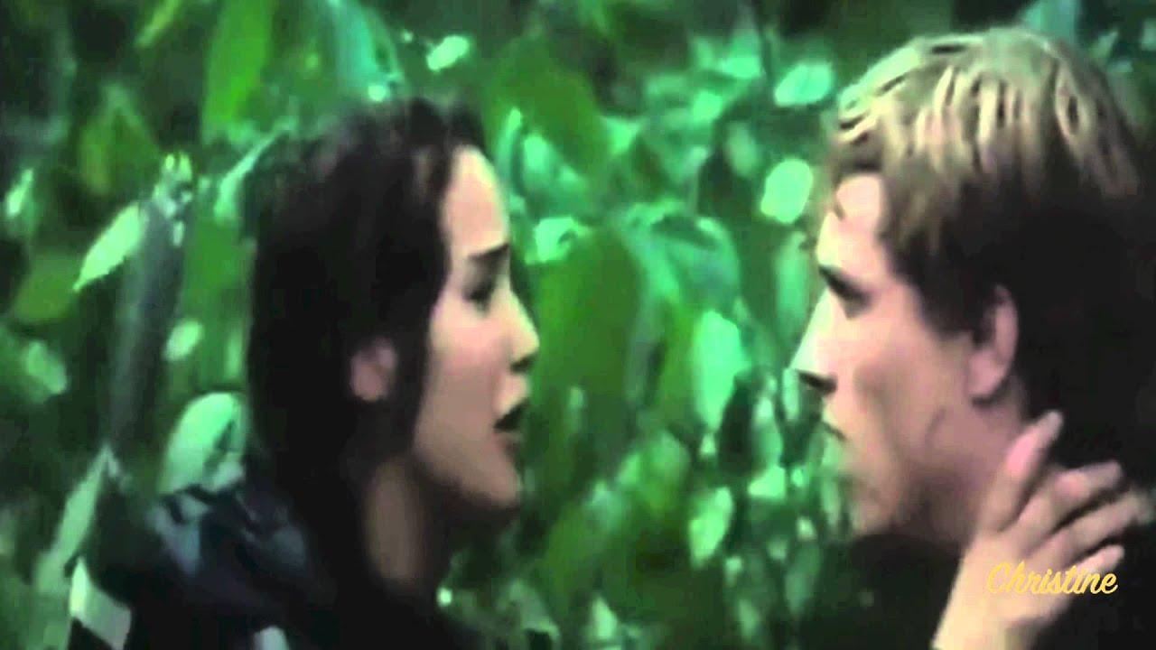 Catching fire wallpaper katniss and peeta kiss