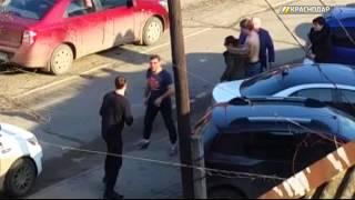 В Сети набирает популярность видео драки парней и девушки в Краснодаре