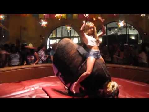 Королева Баланса на Механическом Быке. Hot Girl Riding a Mechanic Bull.