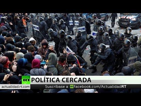 Manifestantes independentistas y fuerzas policiales se enfrentan en Cataluña