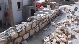 видео Возведение каменного забора