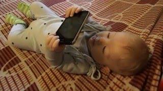 Реакция малыша на мобильный телефон.  Приколы с маленькими детьми.