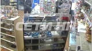 Директор магазина смог задержать грабителя напавшего с ножом на продавца(Жители деревни Федяково собственными силами смогли обезвредить вооруженного грабителя. Два преступника..., 2013-10-31T15:37:35.000Z)