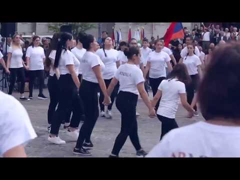 Армяне во Франции, вместе с французами танцуют армянские танцы .Молодцы красиво !