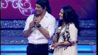 Kajol accepts award from Shah Rukh Khan on Ajay Devgn