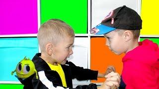 Рома не хочет быть маленьким и играть с Хелпиком Для детей for kids children