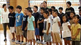 国吉なおみさんが児童生徒といっしょに「月桃の花」を歌う