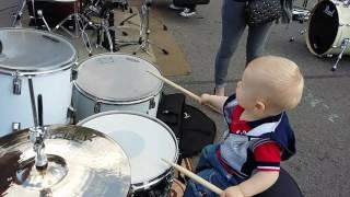 ребенок 1 год играет на барабанах
