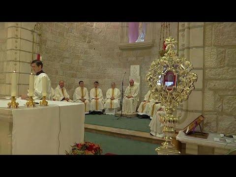 شاهد: احتفال ما قبل عيد الميلاد في القدس -بقطعة خشب- من مهد المسيح…