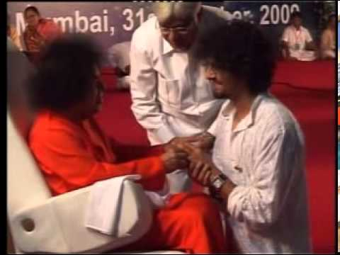 SATHYA SAI MATERIALISING RING TO SONU NIGAM.MPG