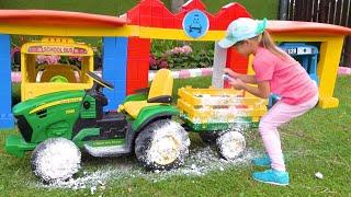 صوفيا تلعب غسيل السيارات بألعاب التنظيف