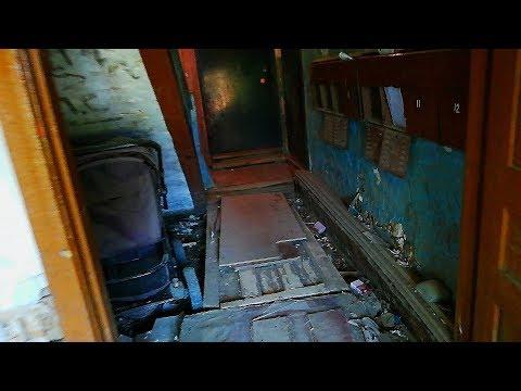 Ужасные подъезды и необустроенные дворы деревянных бараков в Якутске.