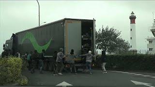 شاهد: مهاجرون يركضون خلف الشاحنات للتسلل من فرنسا إلى بريطانيا…