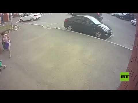 شاهد.. لحظة سقوط جدار من الطابق 18 في مدينة روسية ونجاة امرأة من الموت بأعجوبة