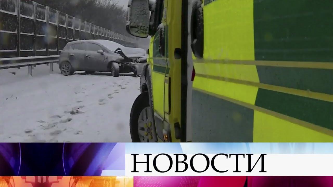 Сильный снегопад парализовал движение в ряде европейских стран.