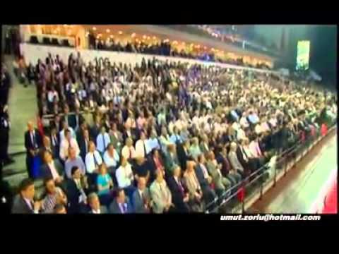 Erdogan récite un poème de Sezai Karakoc devant une assemblée 2014