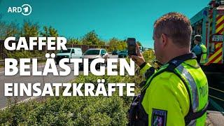 Gaffer und Angriffe auf Helfer gefährden Rettungsarbeiten | Panorama 3 | NDR