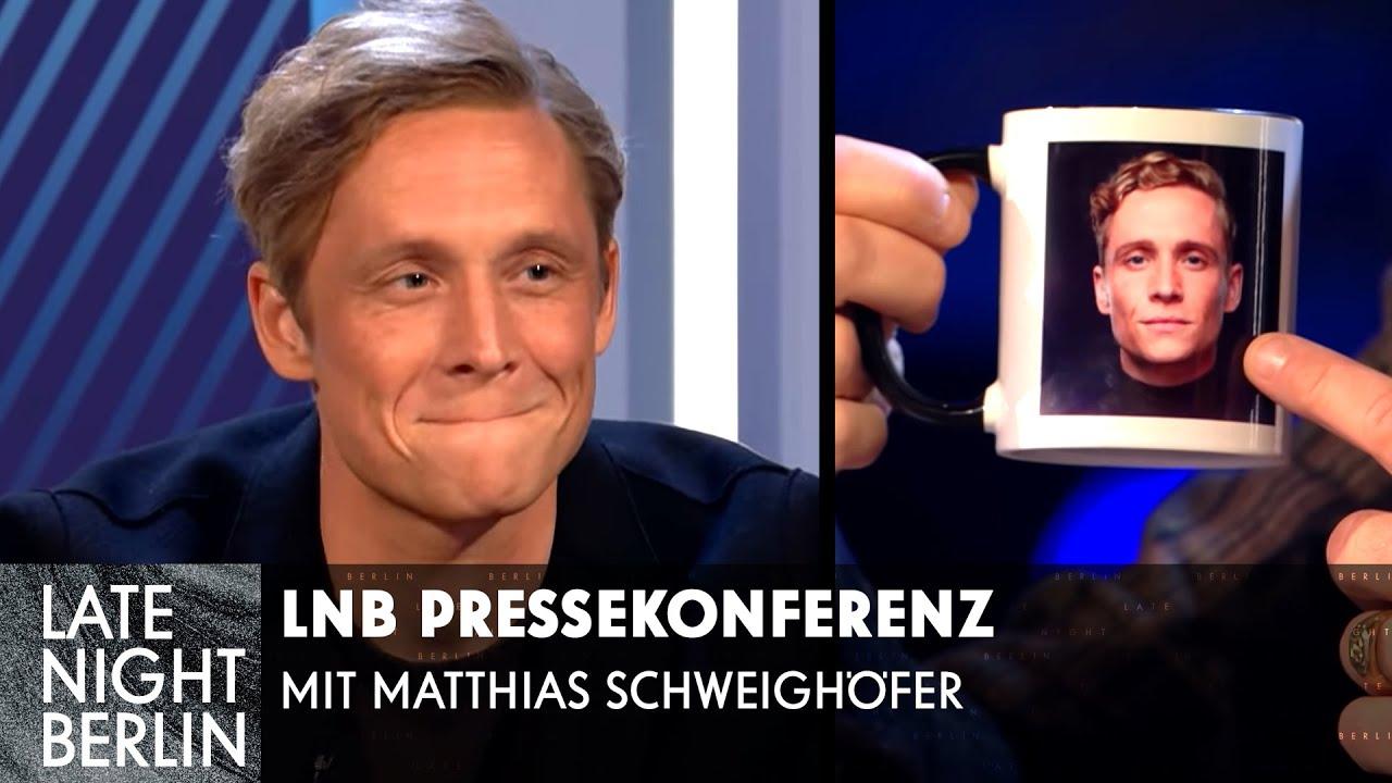 Peinliches Merchandise - Matthias Schweighöfer bei der LNB Pressekonferenz | Late Night Berlin