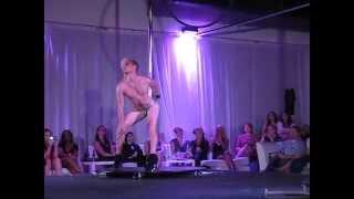 Hombre bailando en tacones (pole dance)