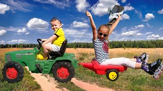 Малыш на крутом Тракторе с прицепом помогает Девочке и катает ее