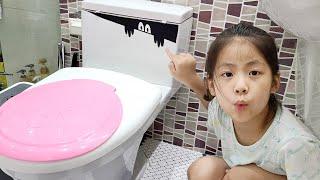스티커를 붙이는건 너무 재밌어요!! 서은이와 엄마의 스티커 붙이기 놀이 전기 스티커 변기 스티커 Toilet Sticker