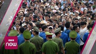 Hàng vạn người chen chúc trong ngày chính hội Đền Hùng | VTC Now