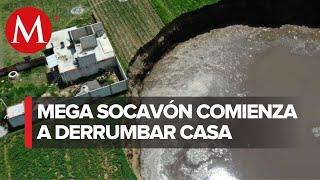 Crece mega socavón en Puebla; comienza a derrumbar casa