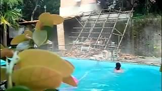 Ale urwał na basenie.mp4