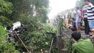 Tàu hỏa húc bẹp nát Innova, 4 người chết thảm