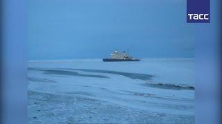 Караван из четырех судов застрял во льдах на Чукотке