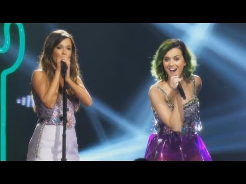 "Katy Perry & Kacey Musgraves ""Roar"" CMT Crossroads Performance SNEAK PEEK"